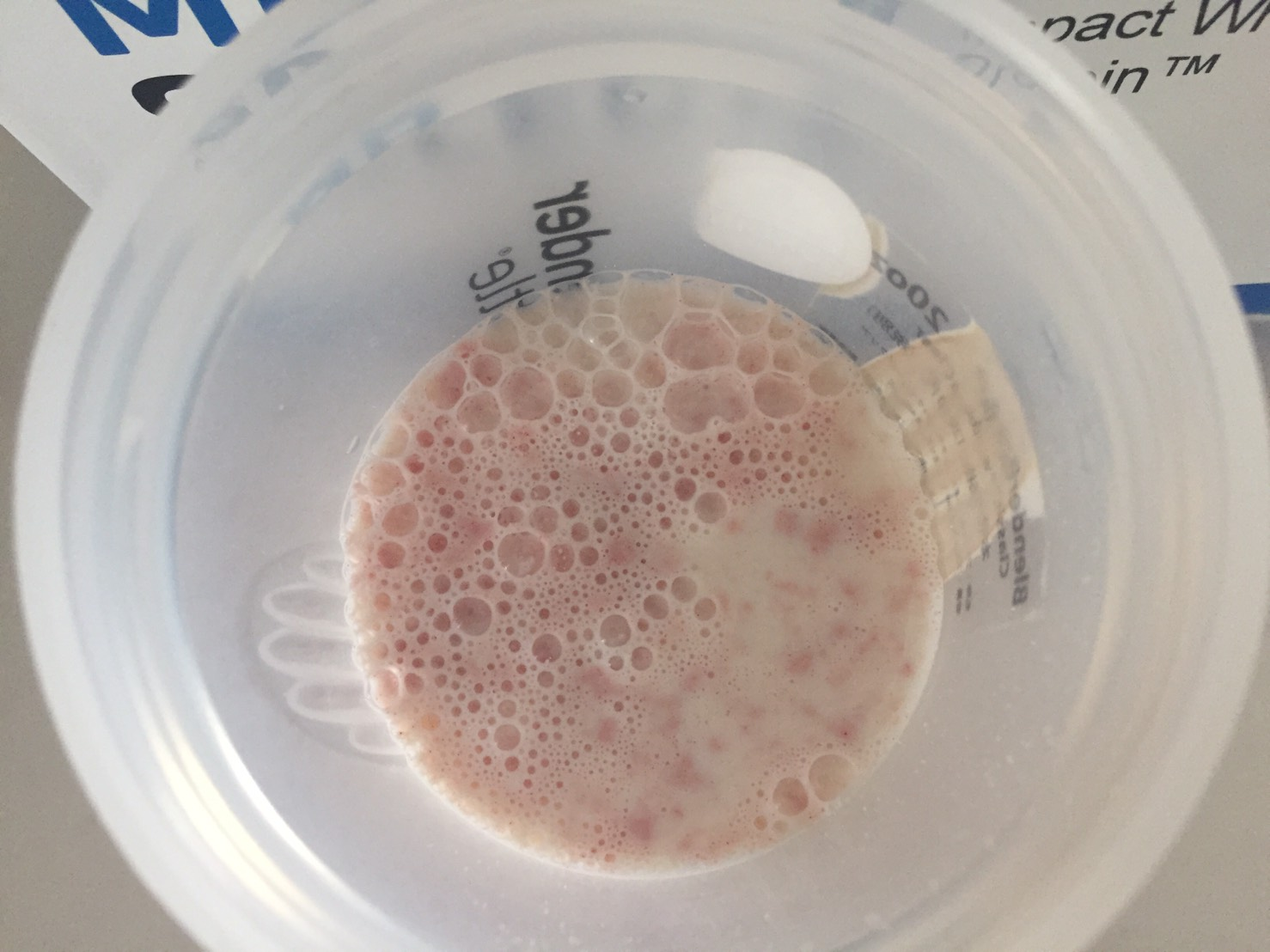 マイプロテインのImpactホエイプロテイン「Strawberry jam Roly Poly(ストロベリージャム・ローリー・ポーリー味)」に牛乳を注いだ様子