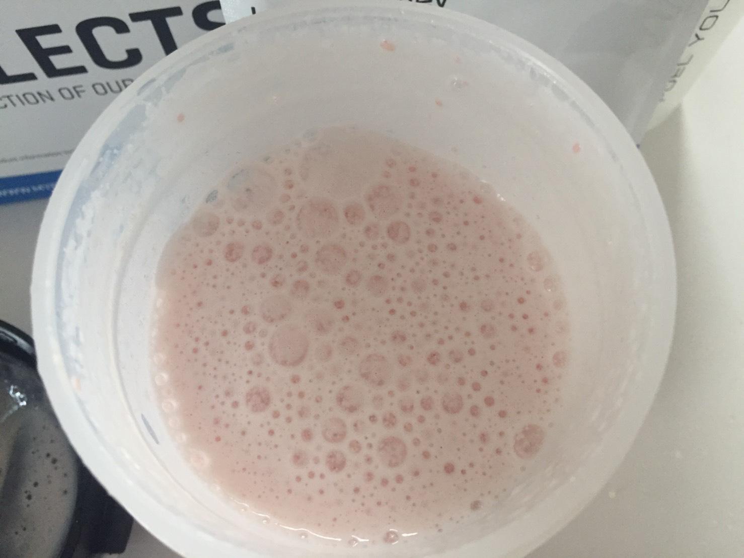 【WPC】Impactホエイプロテイン「Strawberry jam Roly Poly(ストロベリージャム・ローリー・ポーリー味)」を200mlの牛乳で溶かした様子