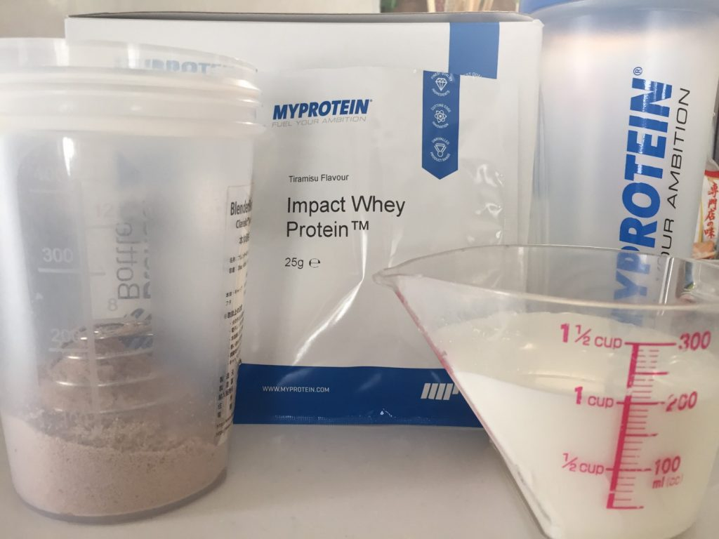 【WPC】マイプロテインのImpactホエイプロテイン「Tiramisu(ティラミス味)」を200mlの牛乳に溶かします。