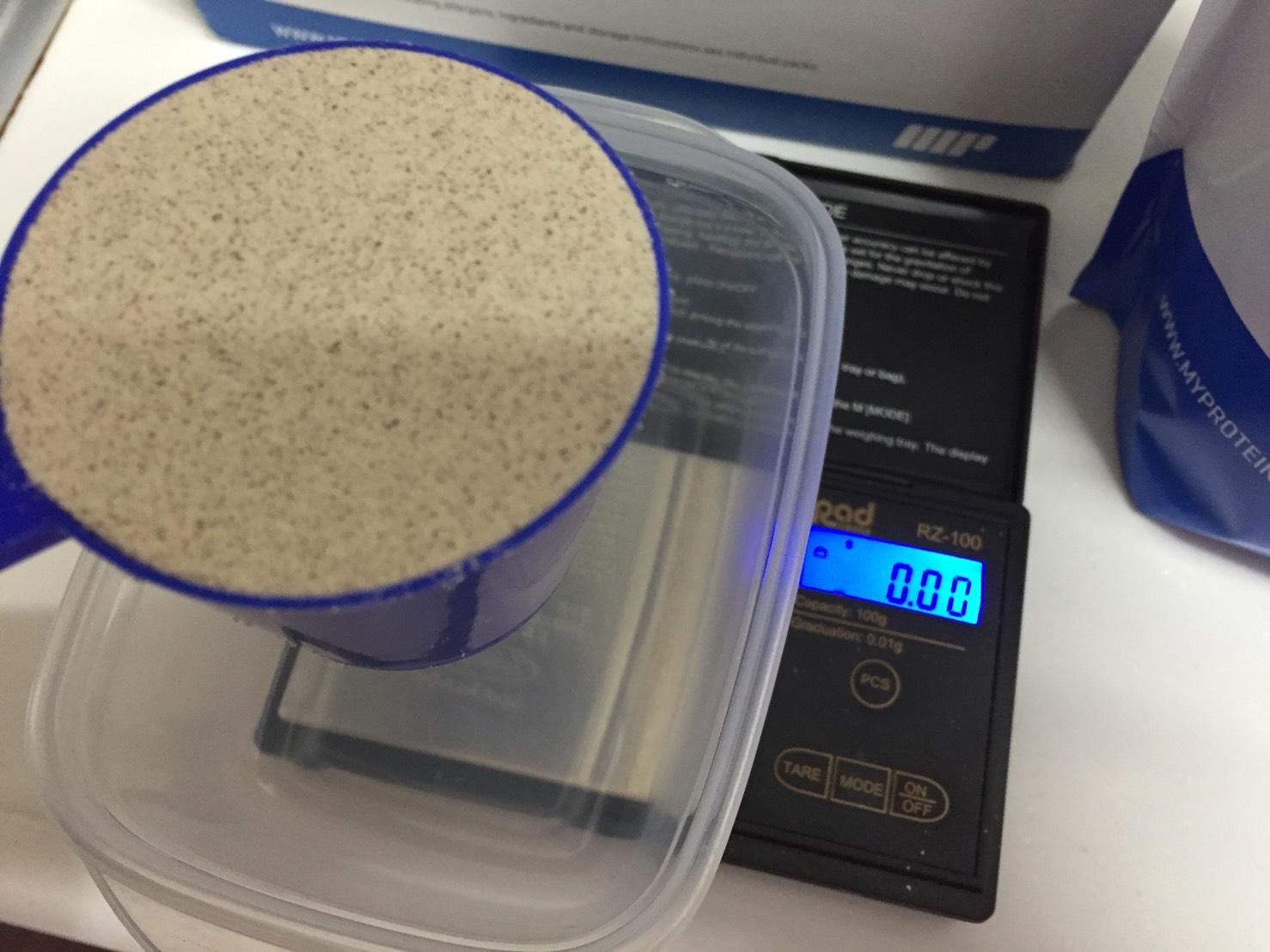 Impactホエイプロテインのスプーン摺り切り一杯のグラム数をチェックします。