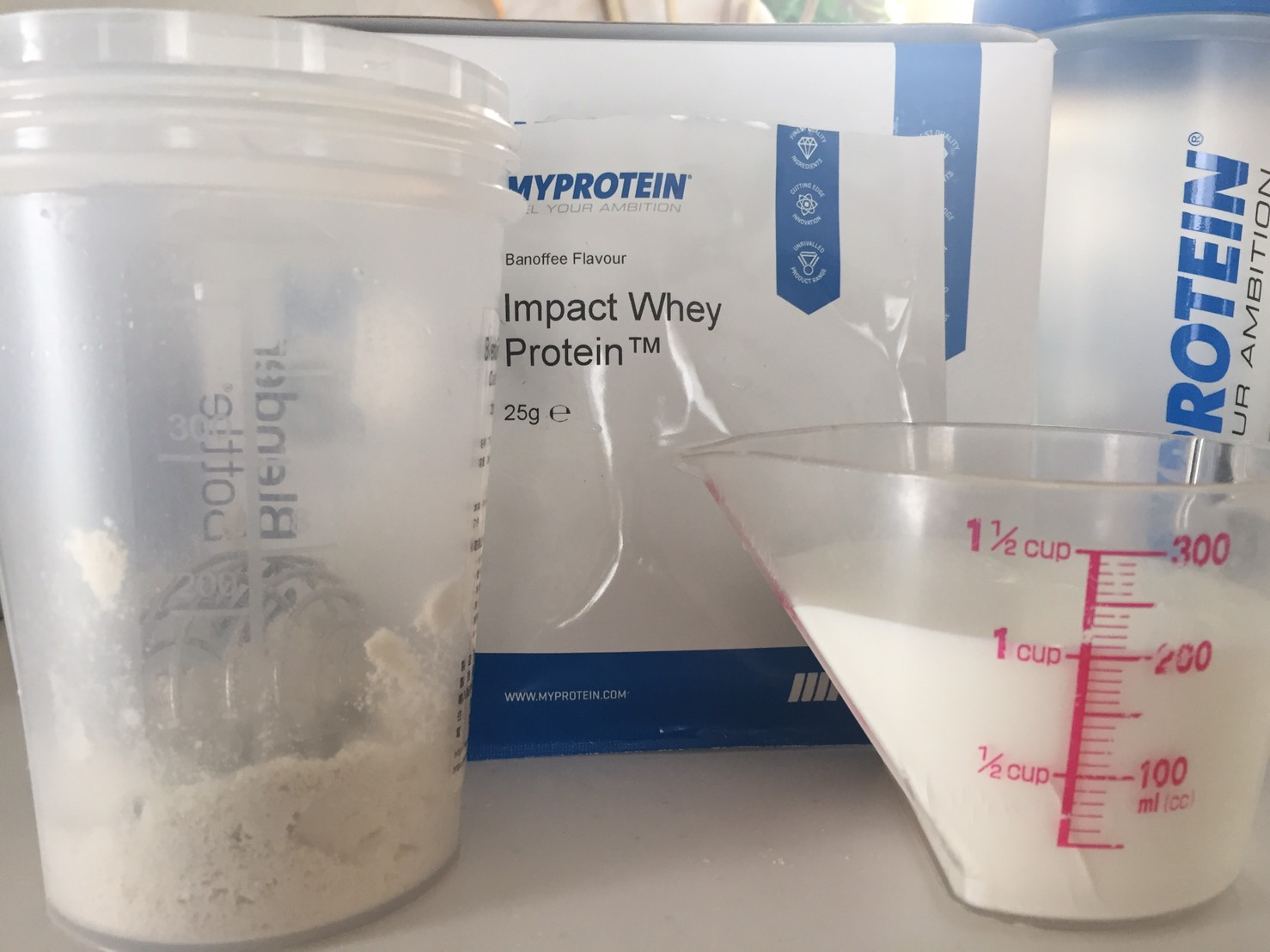 【WPC】Impactホエイプロテイン「Banoffee(バノフィー味)」を200mlの牛乳に溶かします。