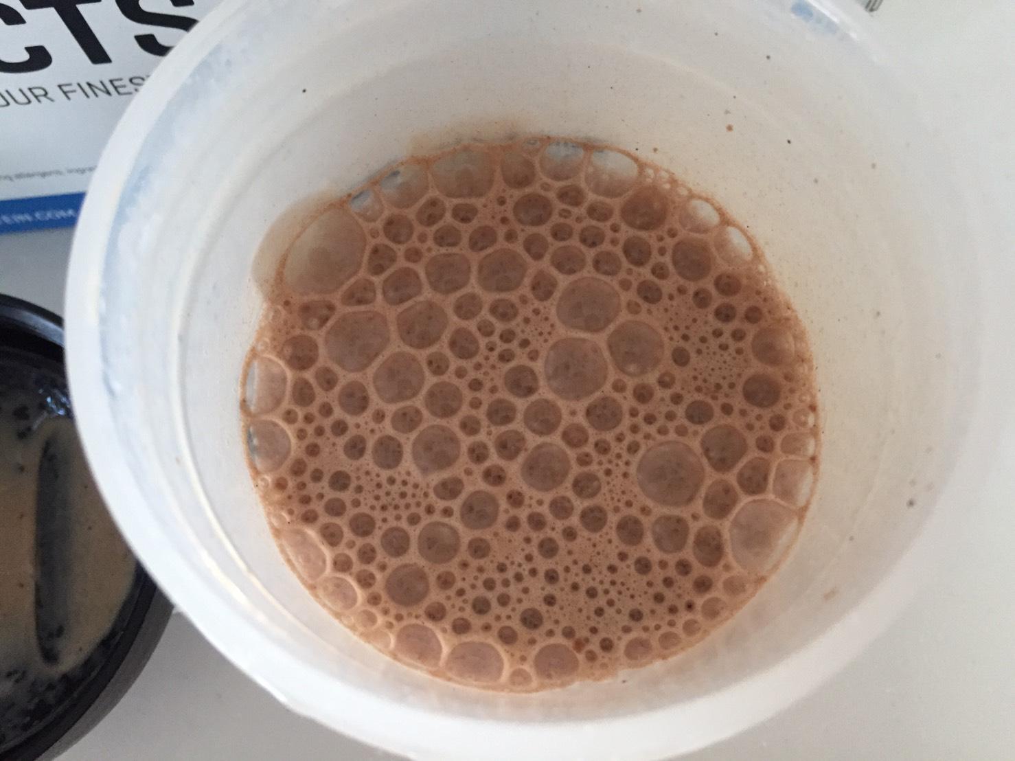 【WPC】Impactホエイプロテイン「Chocolate Brownie(チョコレートブラウニー味)」を牛乳で溶かした時の様子