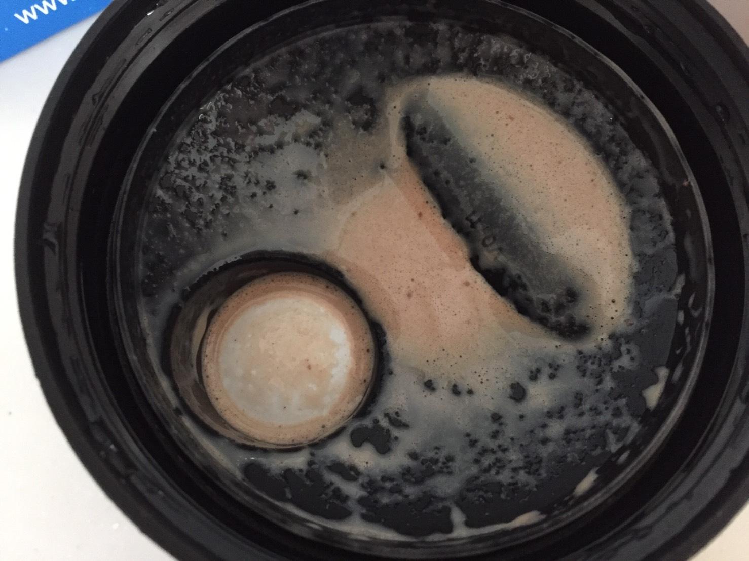 【WPC】Impactホエイプロテイン「Chocolate Brownie(チョコレートブラウニー味)」を牛乳で溶かした時の様子。蓋側