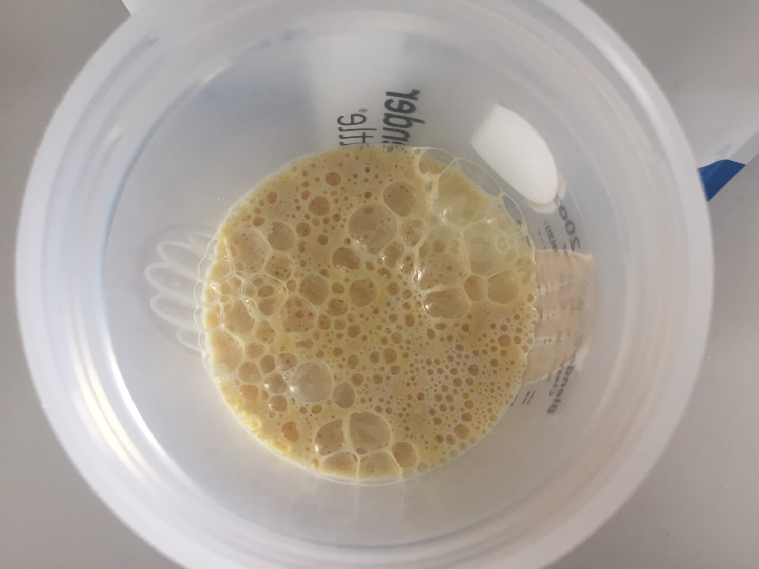 【WPC】Impactホエイプロテイン「Natural Banana(ナチュラルバナナ味)」に牛乳を注いだ直後の様子