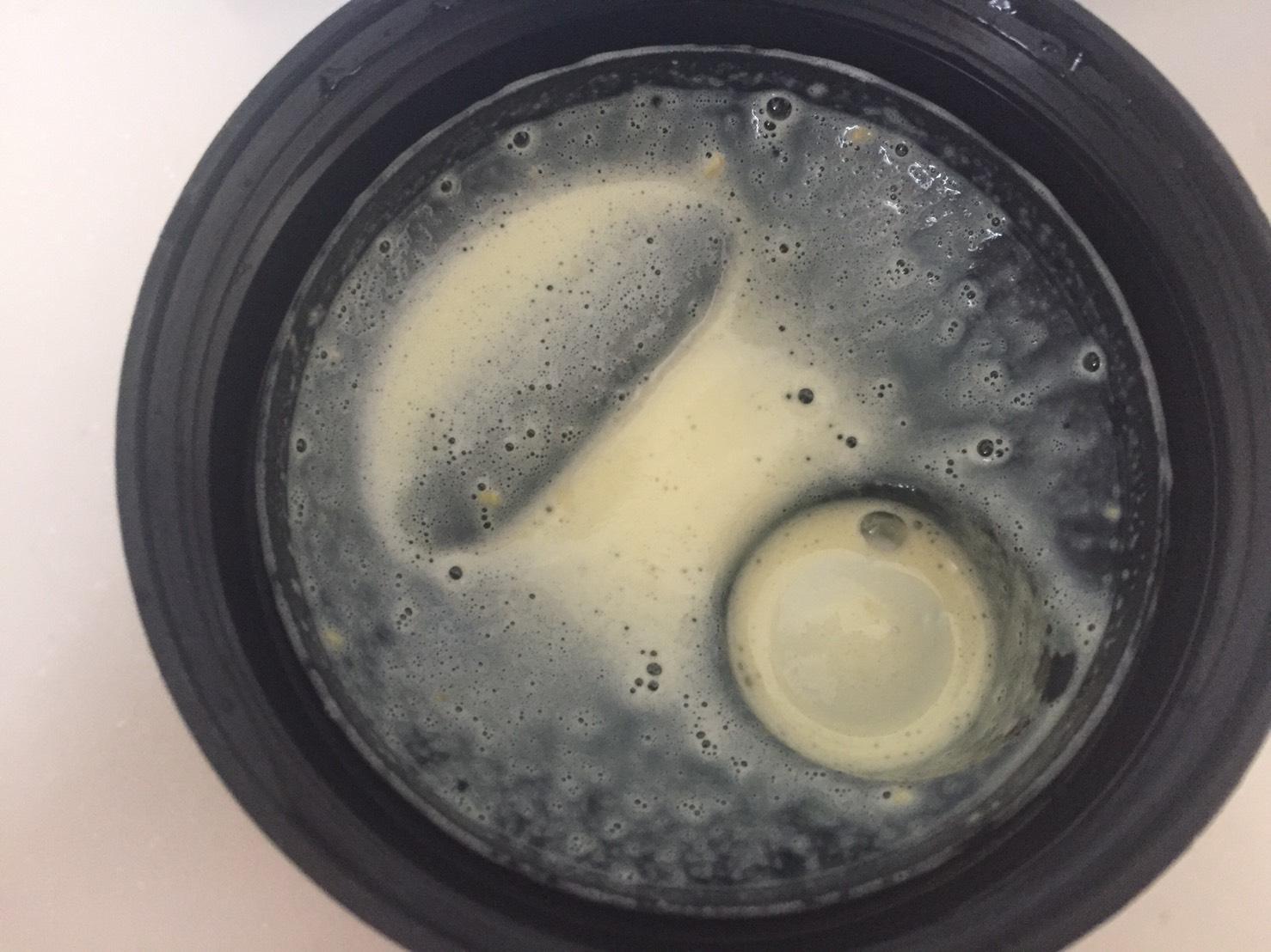 【WPC】Impactホエイプロテイン「Natural Banana(ナチュラルバナナ味)」を牛乳で溶かした時の様子。蓋側