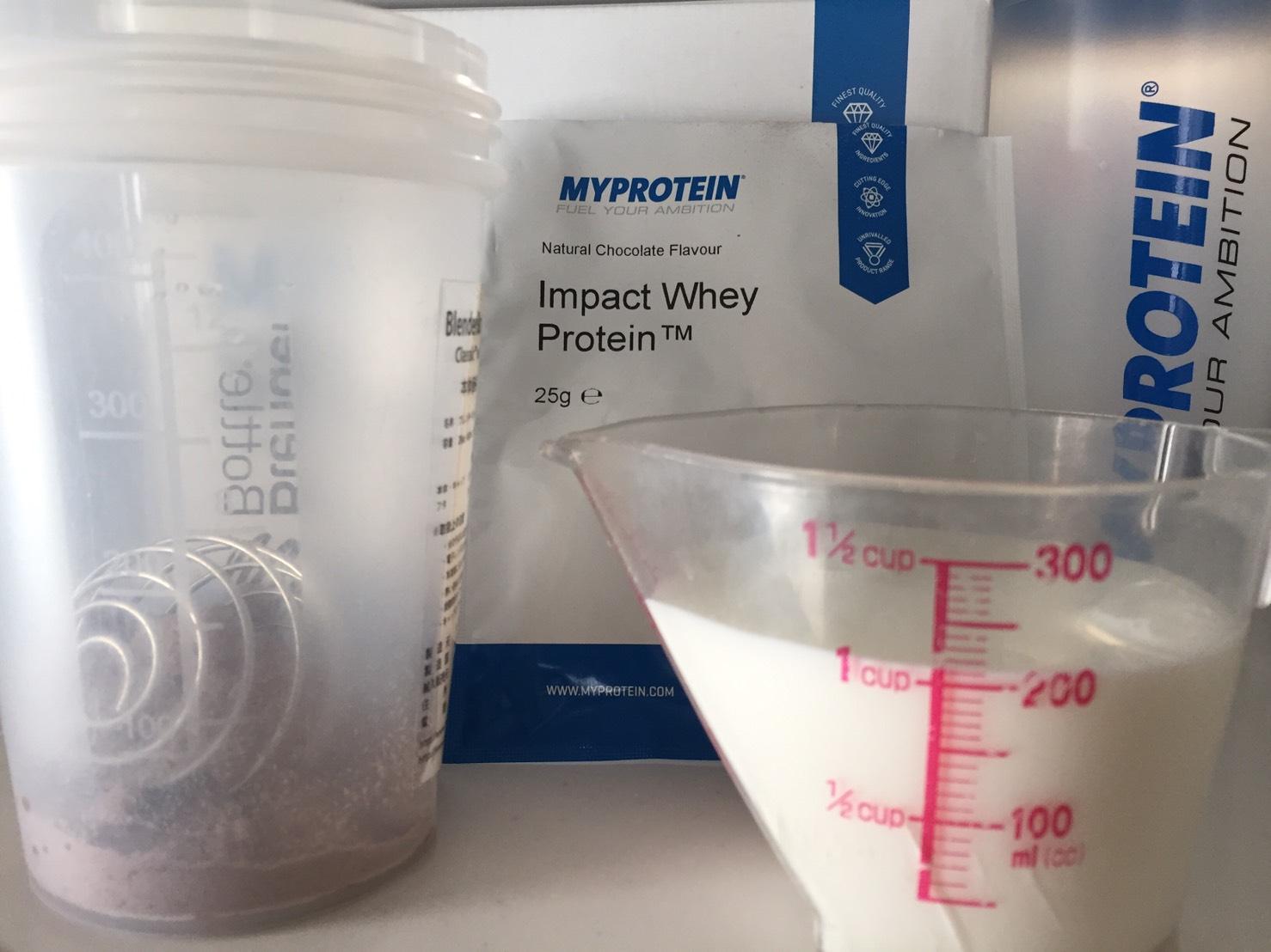 【WPC】Impactホエイプロテイン「Natural Chocolate(ナチュラルチョコレート味)」を200mlの牛乳に溶かします。