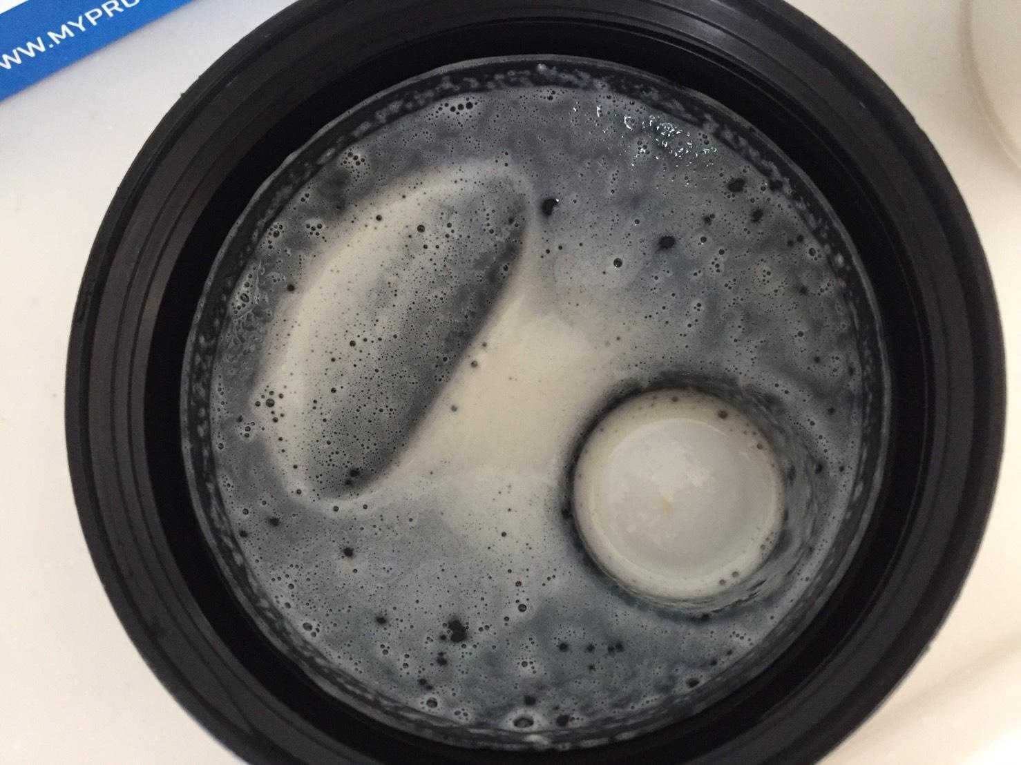 【WPC】Impactホエイプロテイン「Natural Vanilla(ナチュラルバニラ味)」を牛乳で溶かした時の様子。蓋側