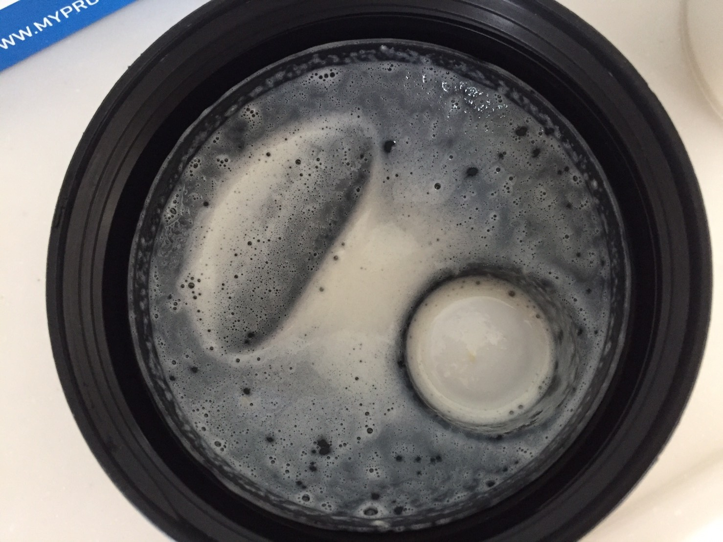 【WPC】Impactホエイプロテイン「Natural Vanilla(ナチュラルバニラ味)」をシェイクした直後の様子。蓋側