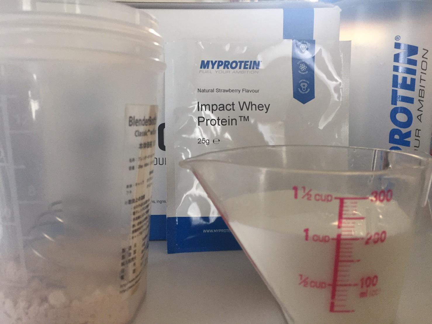 【WPC】Impactホエイプロテイン「Natural Strawberry(ナチュラルストロベリー味)」を200mlの牛乳に溶かします。