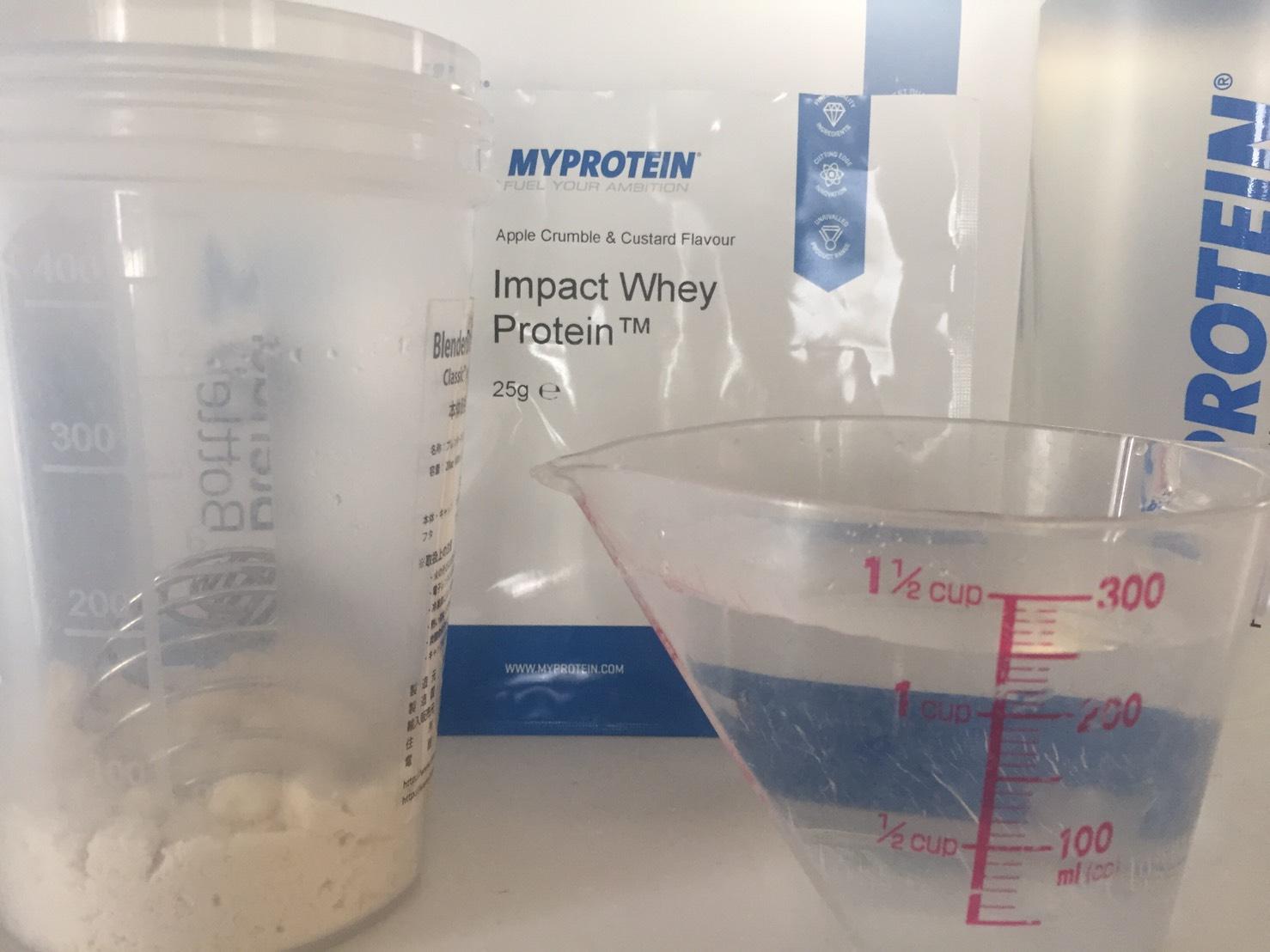 【WPC】Impactホエイプロテイン「Apple Crumble and Custard(アップルクランブル&カスタード味)」を250mlの水に溶かします