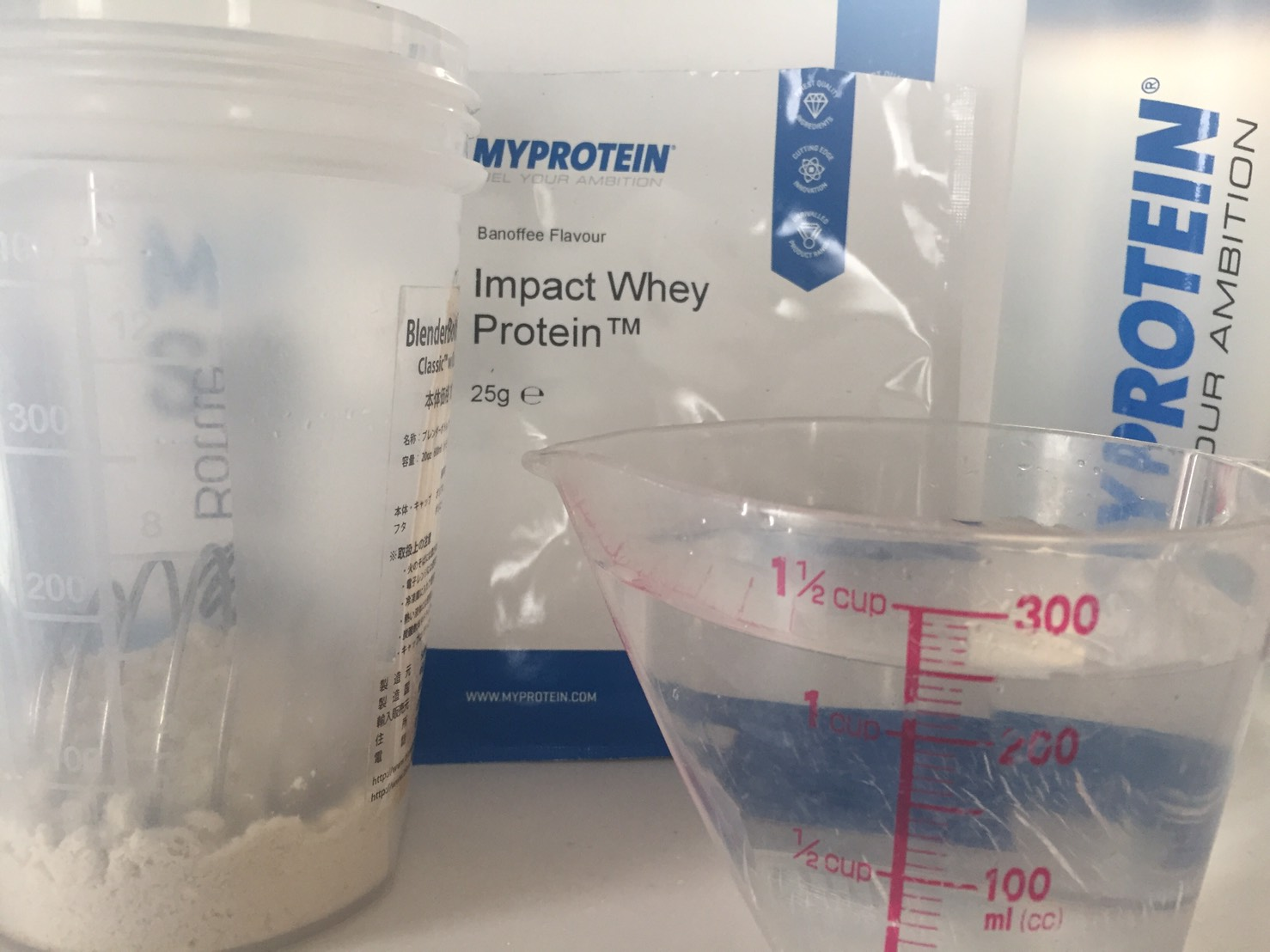 【WPC】Impactホエイプロテイン「Banoffee(バノフィー味)」を250mlの水に溶かします。