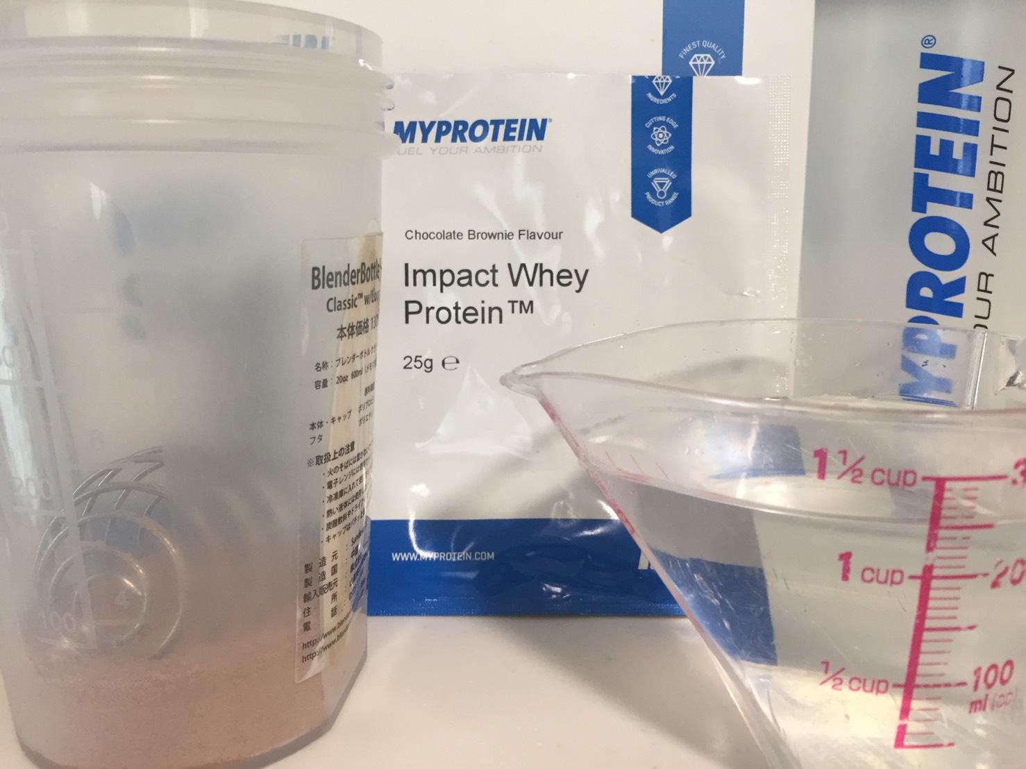 【WPC】Impactホエイプロテイン「Chocolate Brownie(チョコレートブラウニー味)」を250mlの水に溶かします。