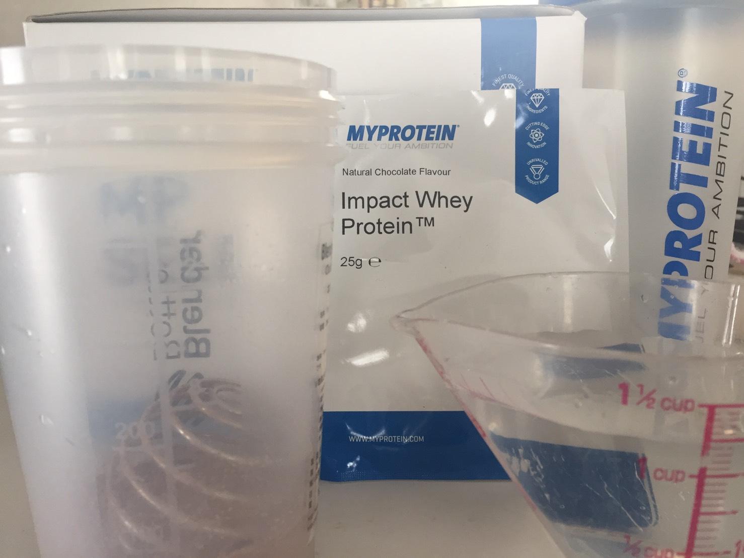 【WPC】Impactホエイプロテイン「Natural Chocolate(ナチュラルチョコレート味)」を250mlの水に溶かします