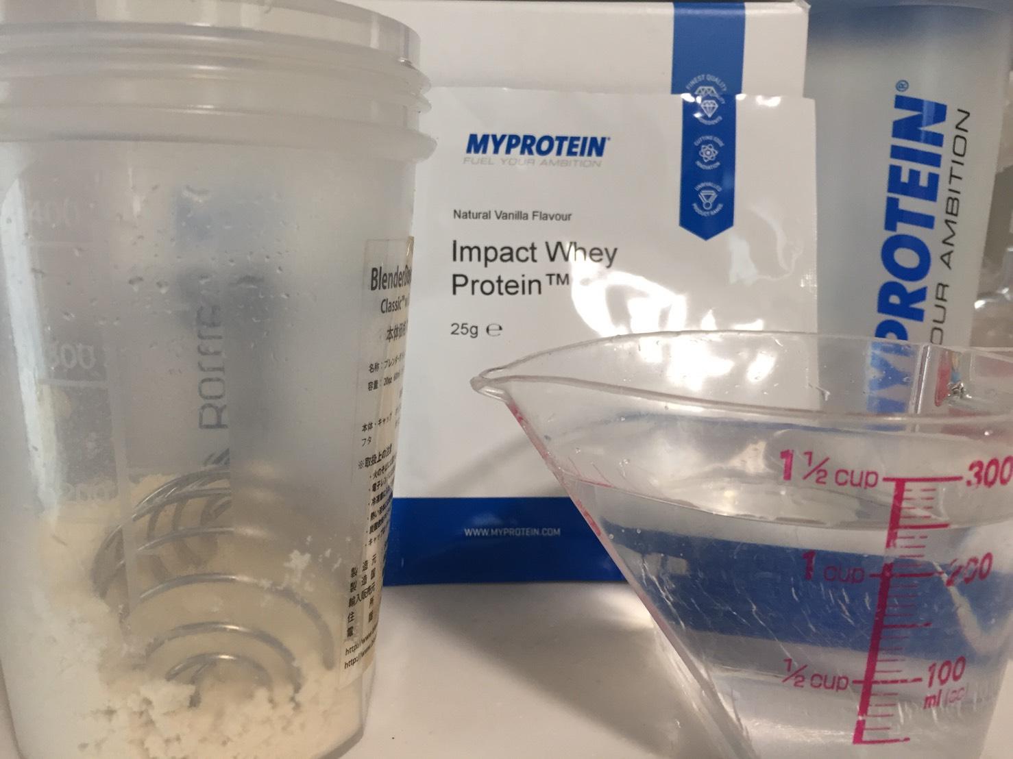 【WPC】Impactホエイプロテイン「Natural Vanilla(ナチュラルバニラ味)」を250mlの水に溶かします