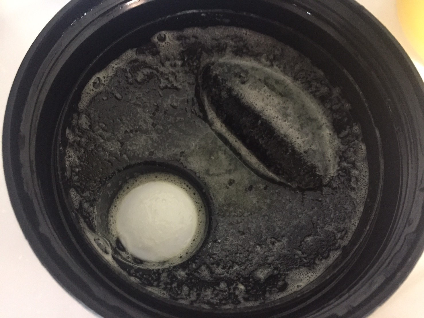 【WPI】Impactホエイアイソレート「Banana Flavour(バナナ味)」をシェイクした直後の蓋側はこんな感じです。泡が確認できます。