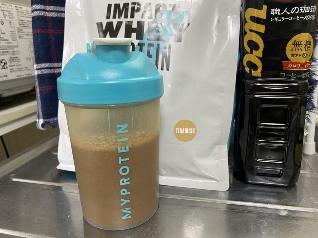 Impactホエイプロテイン:ティラミス味をアイスコーヒーで割る