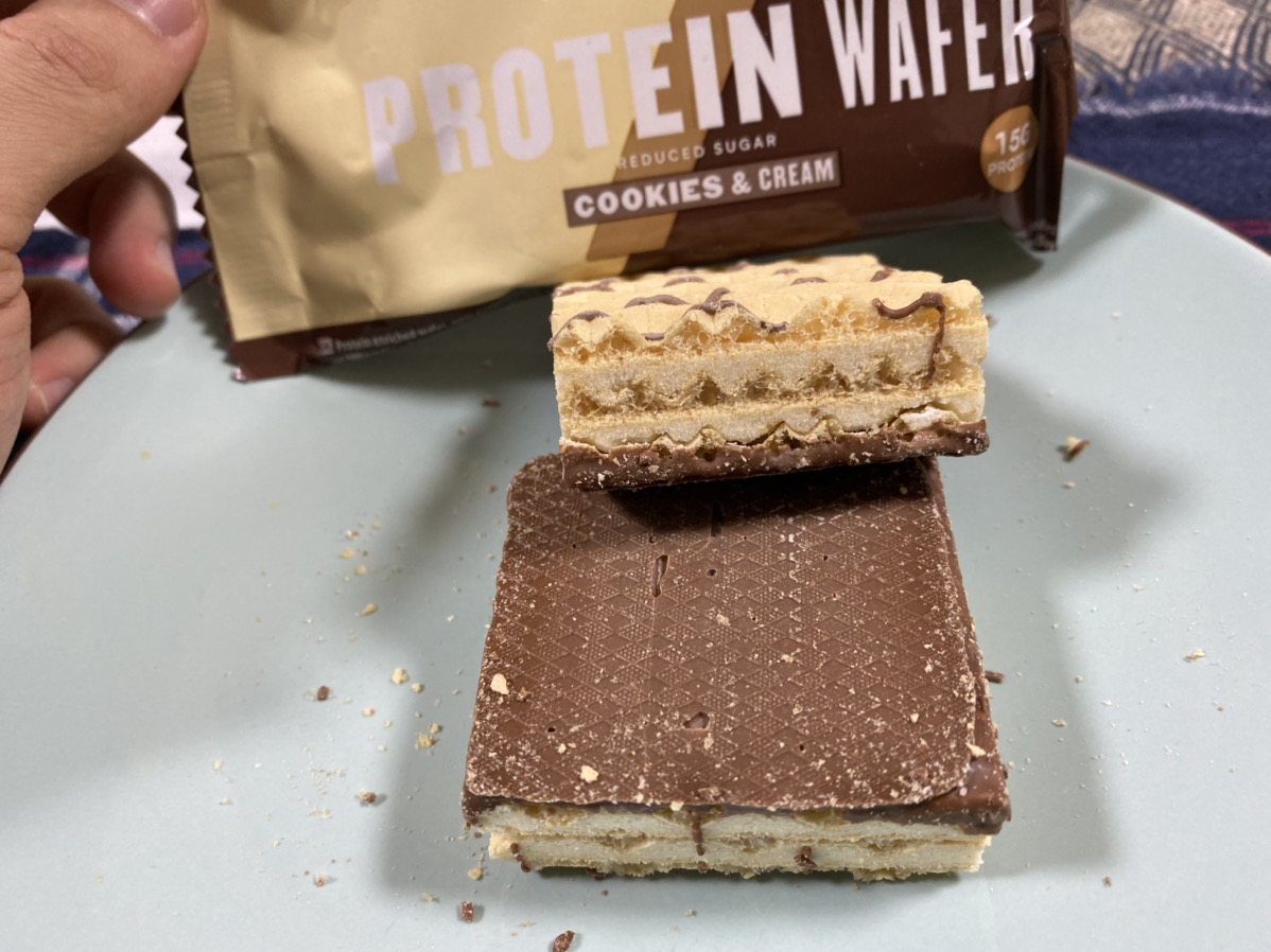 プロテインウエハース:クッキー&クリーム味の断面の様子