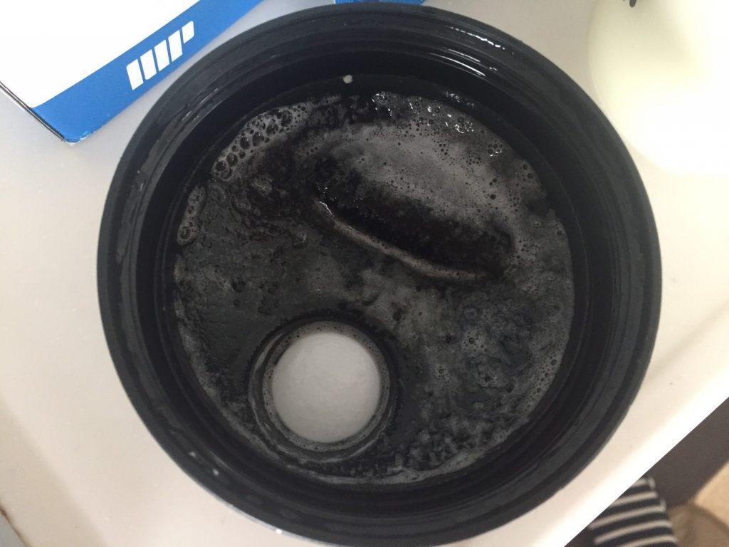 【WPI】Impactホエイアイソレート「Vanilla Flavour(バニラ味)」をシェイクした直後の蓋はこんな感じ。泡が気になります。