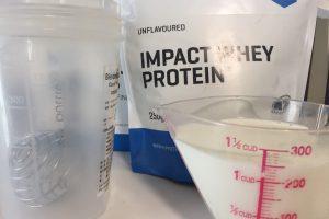 今回は250mlの牛乳で割ります