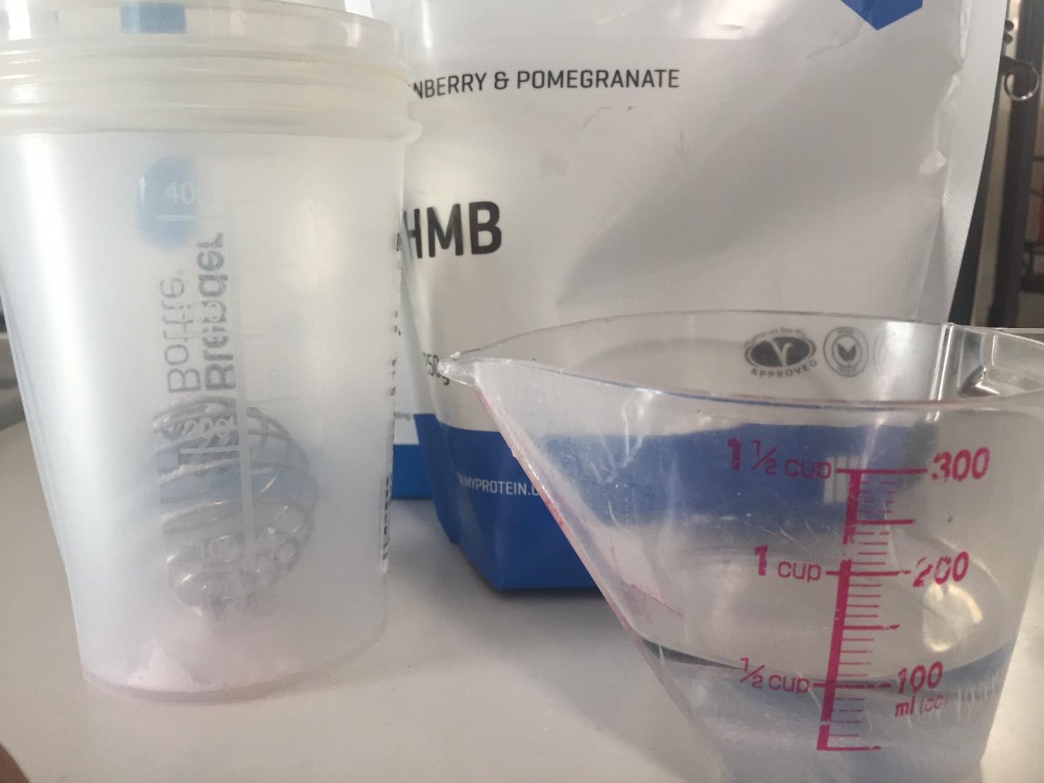 マイプロテインHMBパウダー「CRANBERRY&POMEGRANATE(クランベリー&ザクロ味)」を100mlの水に溶かします。