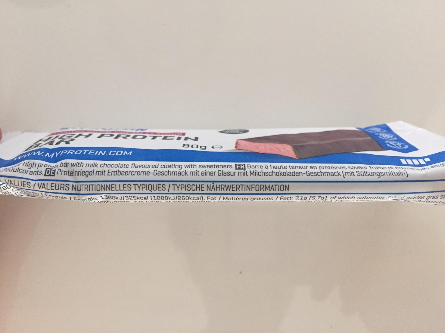 高タンパク質バー(High Protein Bar)「STRAWBERRY&CREAM FLAVOUR(ストロベリー&クリーム味)」のパッケージ