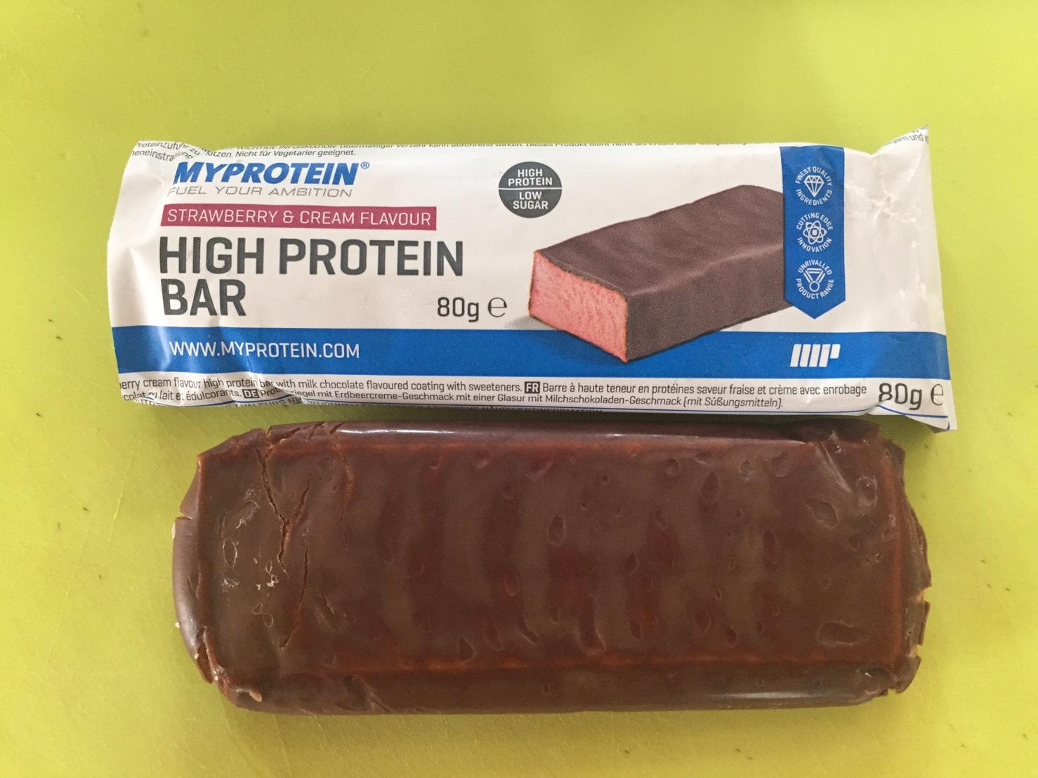 高タンパク質バー(High Protein Bar)「STRAWBERRY&CREAM FLAVOUR(ストロベリー&クリーム味)」を開封した様子