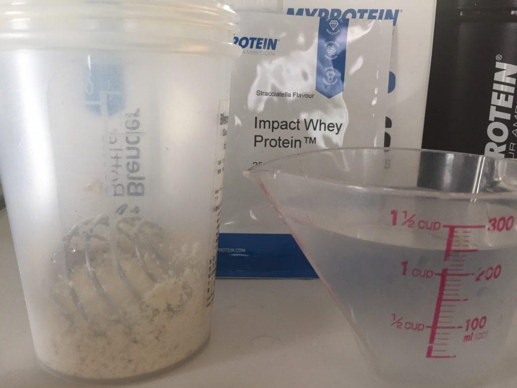 Stracciatella(ストラッチャテッラ味)を250mlの水に溶かします