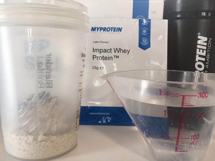 Latte(ラテ味)を250mlの水に溶かします。