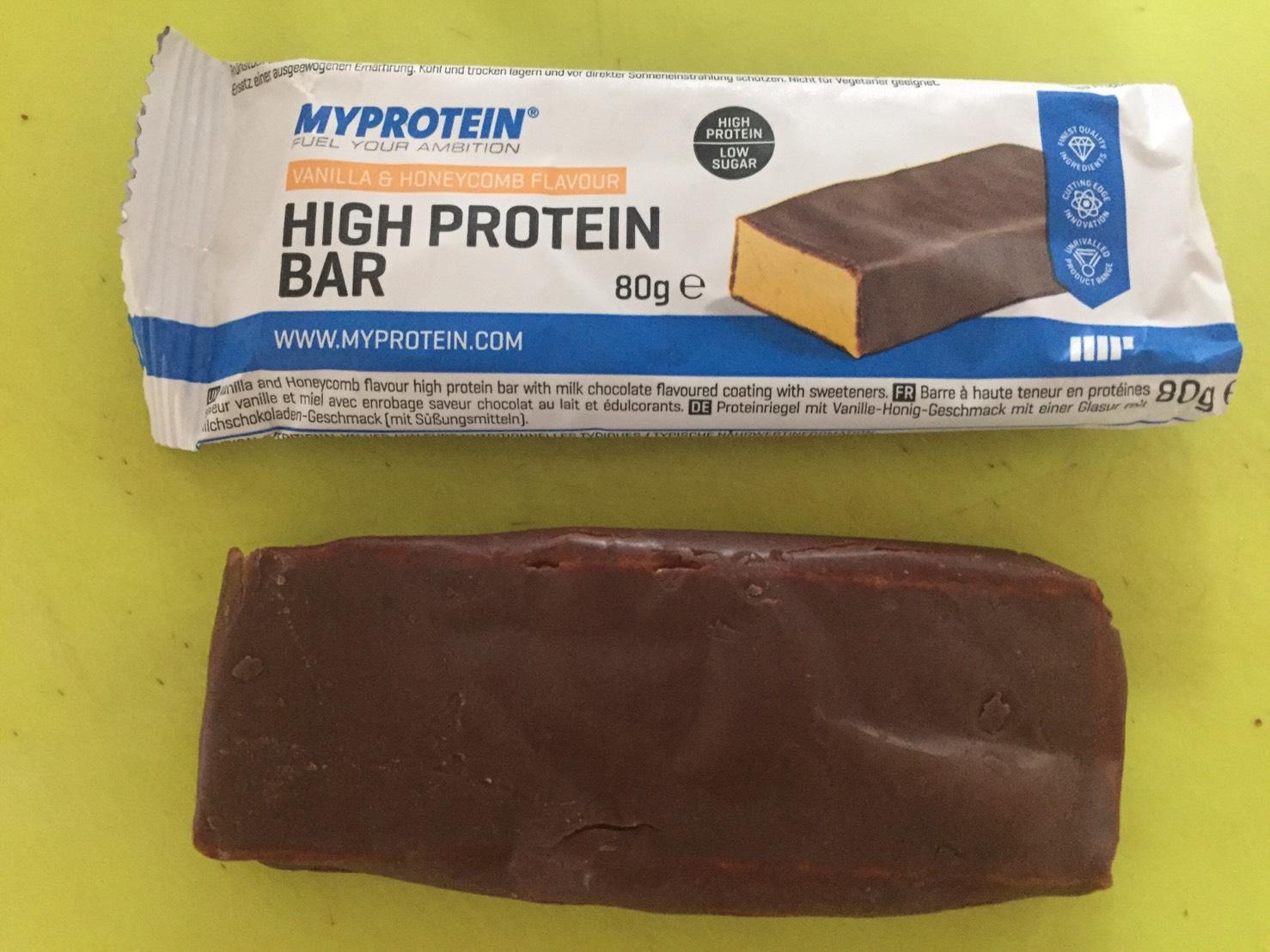 ハイプロテインバー(High Protein Bar)「VANILLA&HONEYCOMB FLAVOUR(バニラ&ハニーコンボ味)」を開封した様子