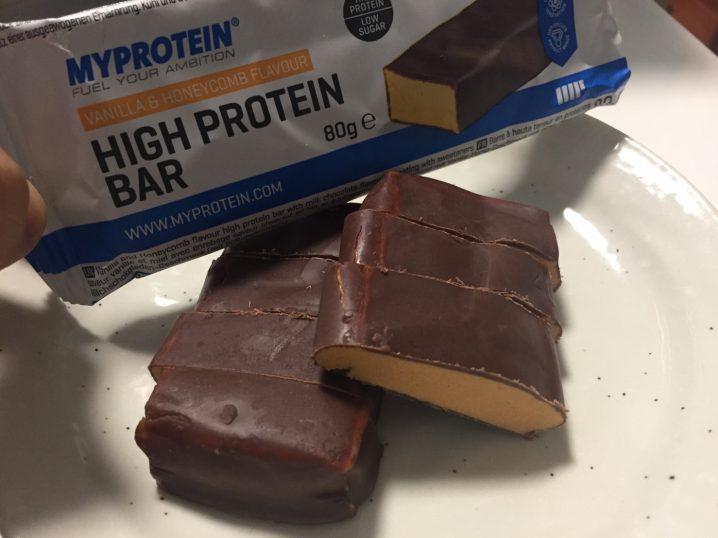 ハイプロテインバー(High Protein Bar)「VANILLA&HONEYCOMB FLAVOUR(バニラ&ハニーコンボ味)」の断面