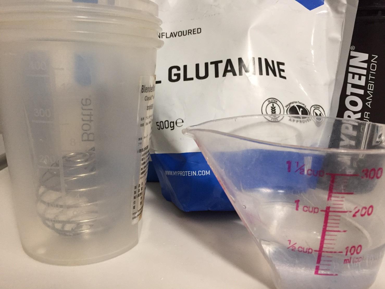 グルタミンを100mlの水に溶かしてみます。
