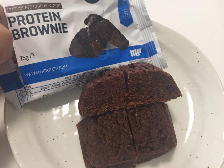 プロテイン・ブラウニー(Protein Brownie)「CHOCOLATE CHIP FLAVOUR(チョコレート味)」の断面