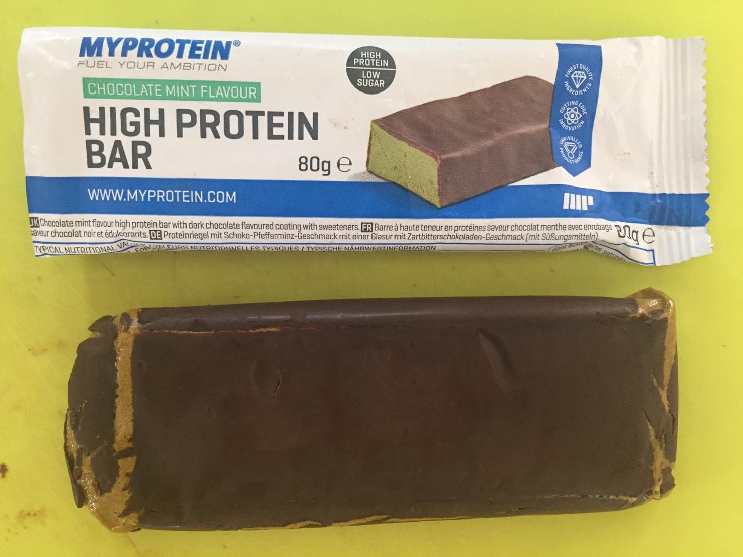 ハイプロテインバー(High Protein Bar)「CHOCOLATE MINT FLAVOUR(チョコミント味)」を開封した様子