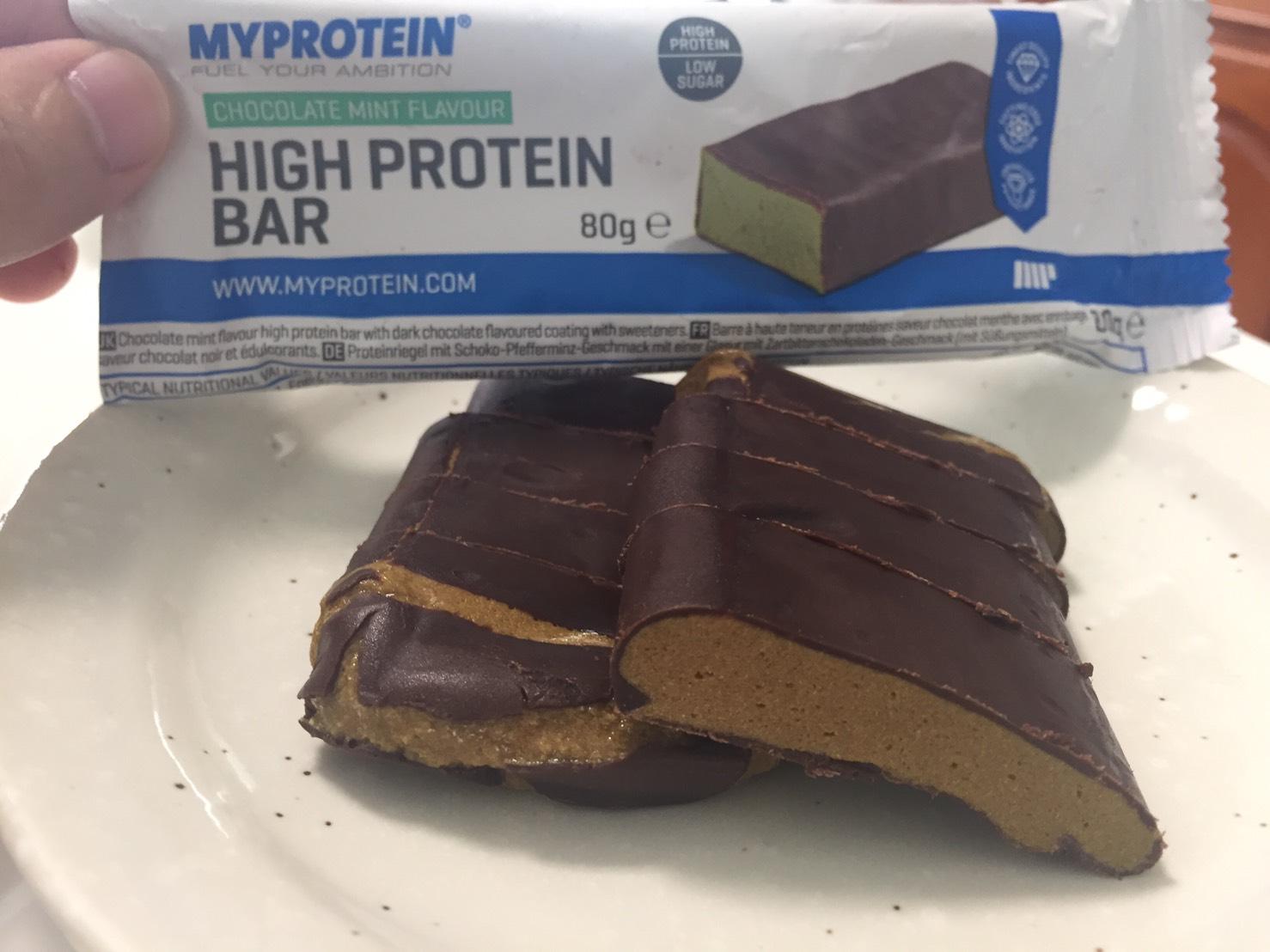 ハイプロテインバー(High Protein Bar)「CHOCOLATE MINT FLAVOUR(チョコミント味)」の断面の様子