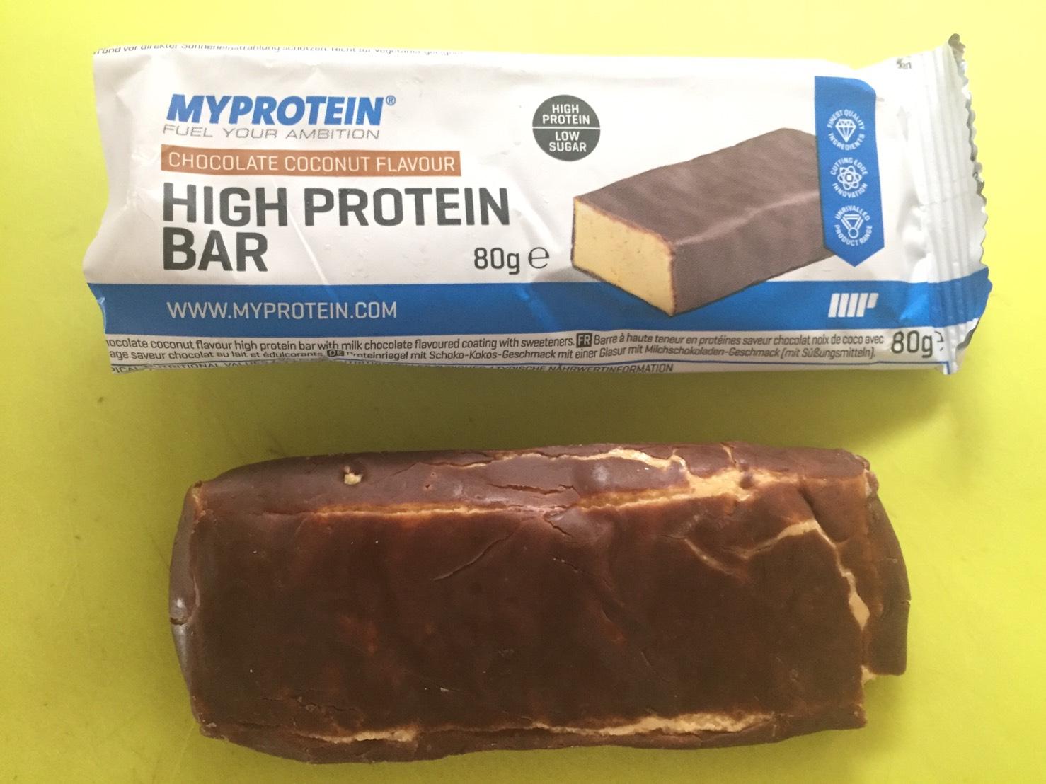 ハイプロテインバー(High Protein Bar)「CHOCOLATE COCONUT FLAVOUR(チョコレートココナッツ味)」を開封した様子