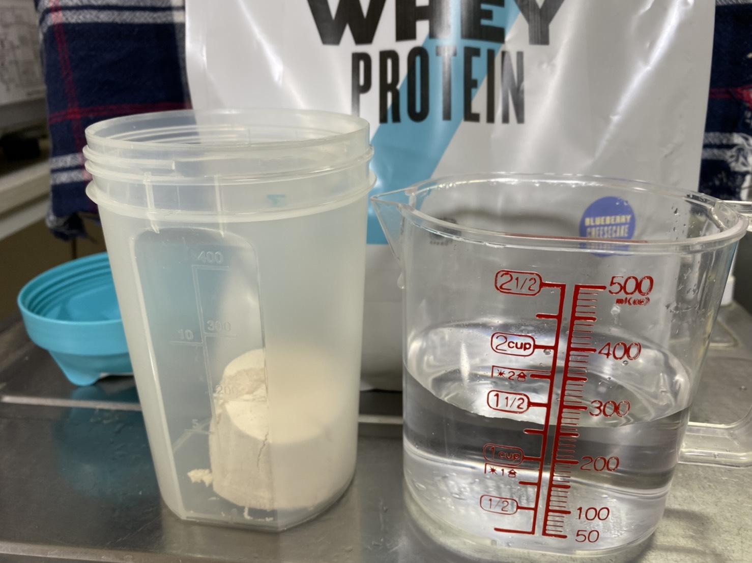 Impactホエイプロテイン:ブルーベリーチーズケーキ味を250mlの水に溶かす