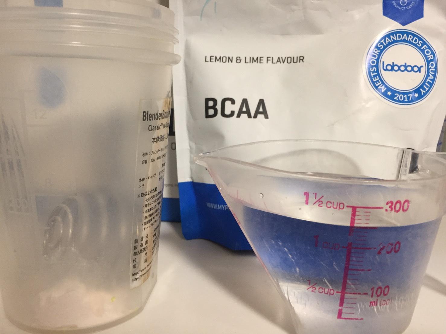 レモン&ライム味(LEMON&LIME FLAVOUR)を250mlの水に溶かします。