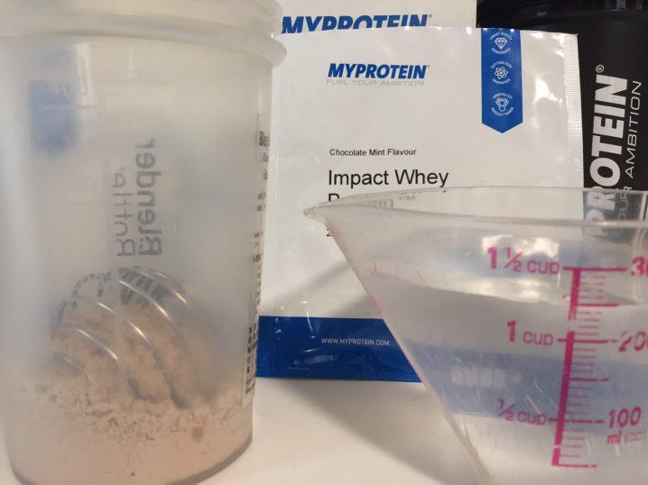 Chocolate Mint Flavour(チョコレートミント味)を250mlの水に溶かします。