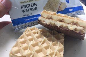 「プロテインウエハース(PROTEIN WAFERS)」、COOKIES & CREAM FLAVOUR(クッキークリーム味)を開封した様子