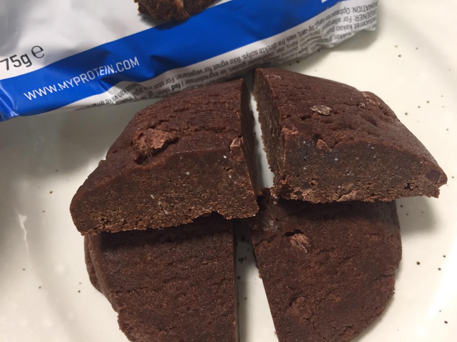 プロテインクッキー「DOUBLE CHOCOLATE CHIP FLAVOUR(ダブルチョコレートチップ味)」の断面の様子