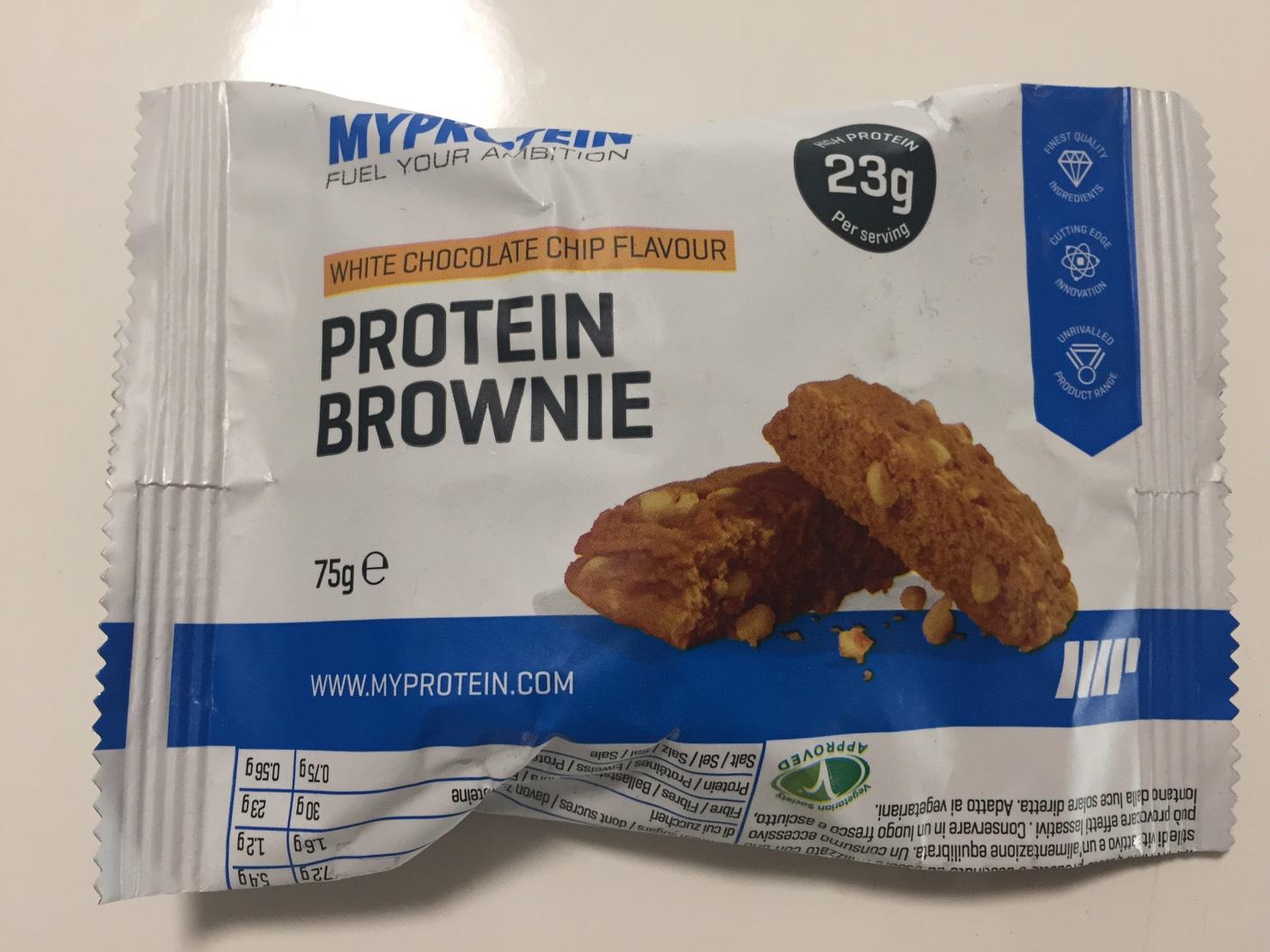 プロテイン・ブラウニー(Protein Brownie)「WHITE CHOCOLATE CHIP FLAVOUR(ホワイトチョコレートチップ味)」の成分表