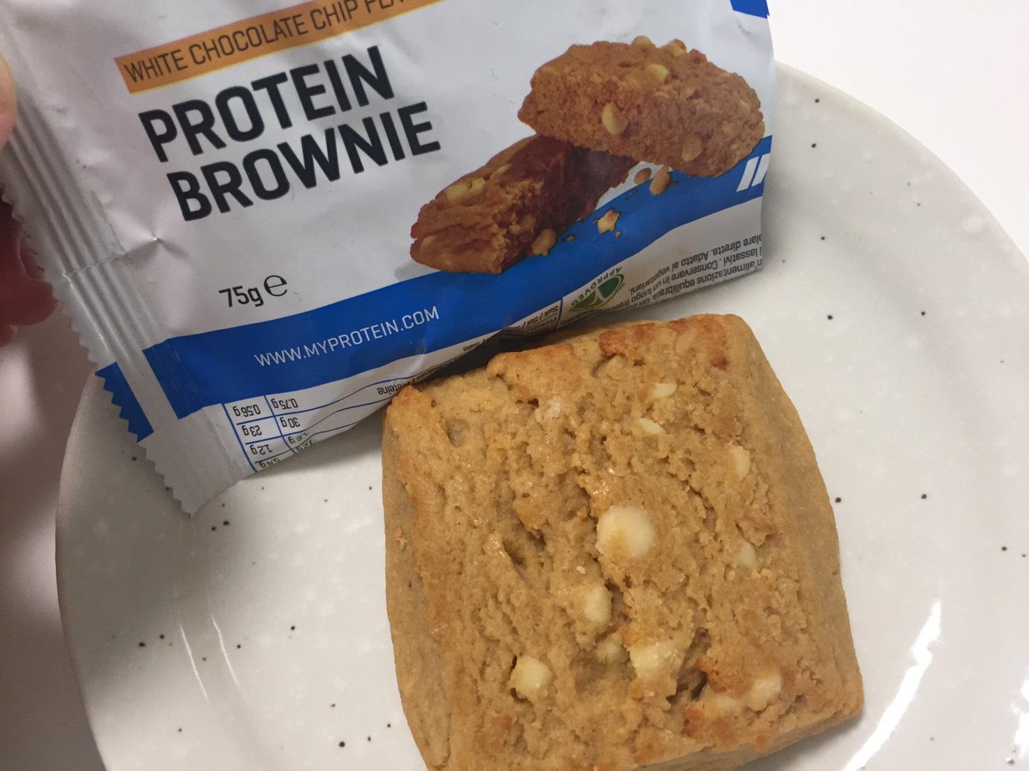 プロテイン・ブラウニー(Protein Brownie)「WHITE CHOCOLATE CHIP FLAVOUR(ホワイトチョコレートチップ味)」を開封した様子