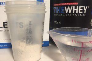 「THEWHEY」のSTRAWBERRY MILKSHAKE FALVOUR(ストロベリーミルクシェイク味)を250mlの水に溶かす