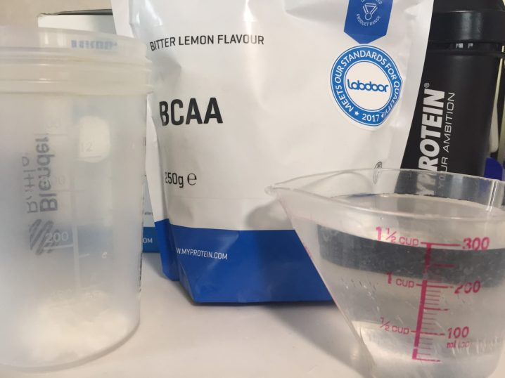 BCAA「ビターレモン味(BITTER LEMON)」を300mlの水に溶かす