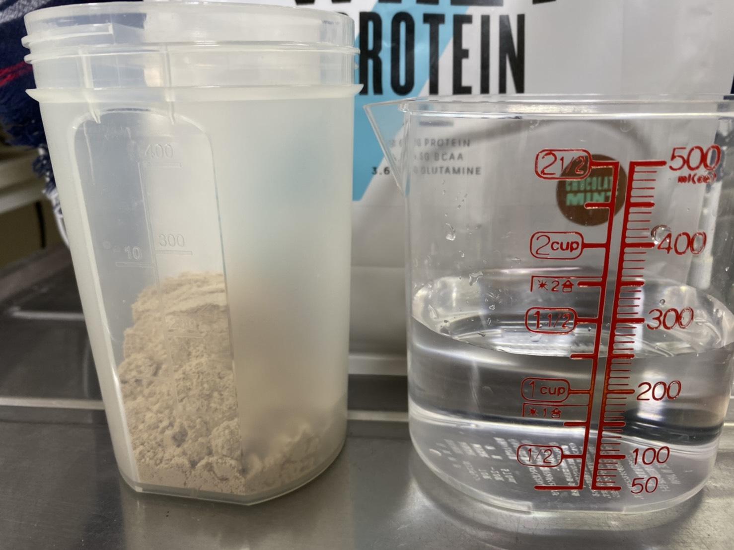 Impactホエイプロテイン:チョコミント味を250mlの水に溶かします