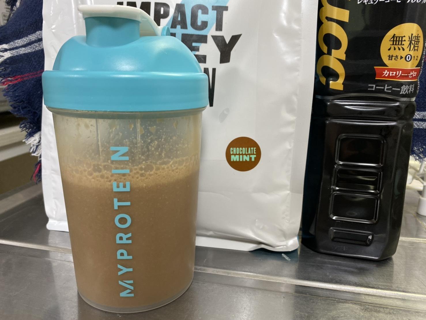 Impactホエイプロテイン:チョコミント味をアイスコーヒーで割る