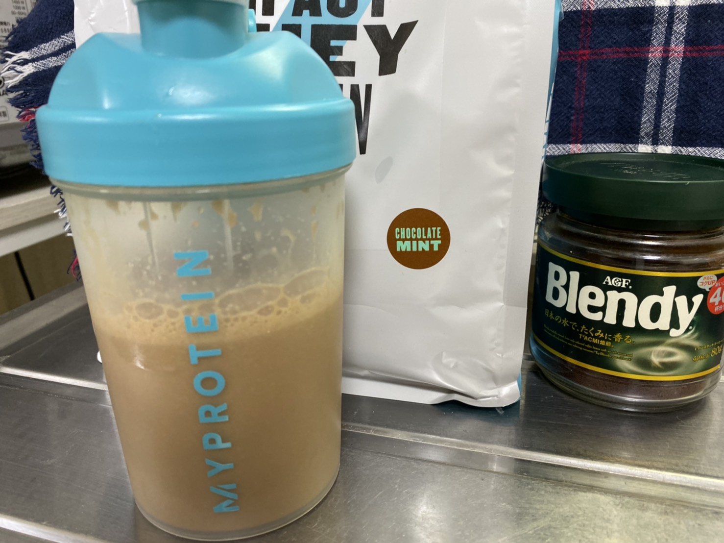 Impactホエイプロテイン:チョコミント味をインスタントコーヒーで割る
