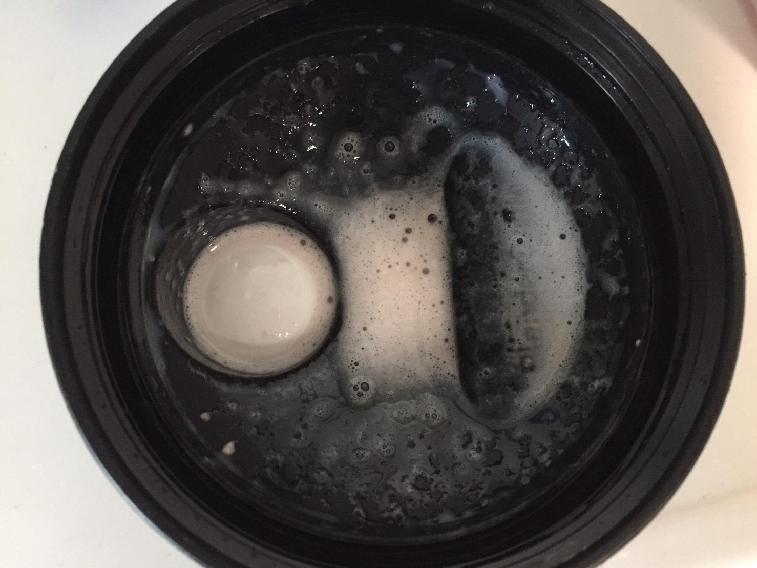 THEWHEY「STRAWBERRY MILKSHAKE FALVOUR(ストロベリーミルクシェイク味)」を溶かした蓋側