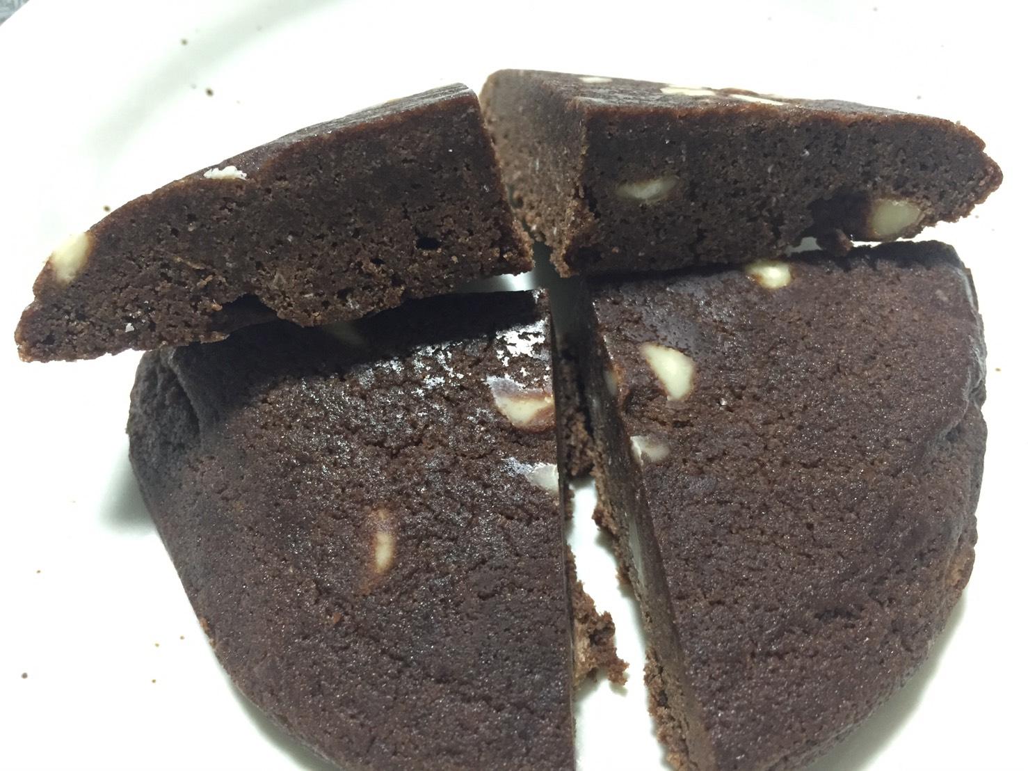プロテインクッキー「CHOCOLATE MINT FLAVOUR(チョコレートミント味)」の断面の様子