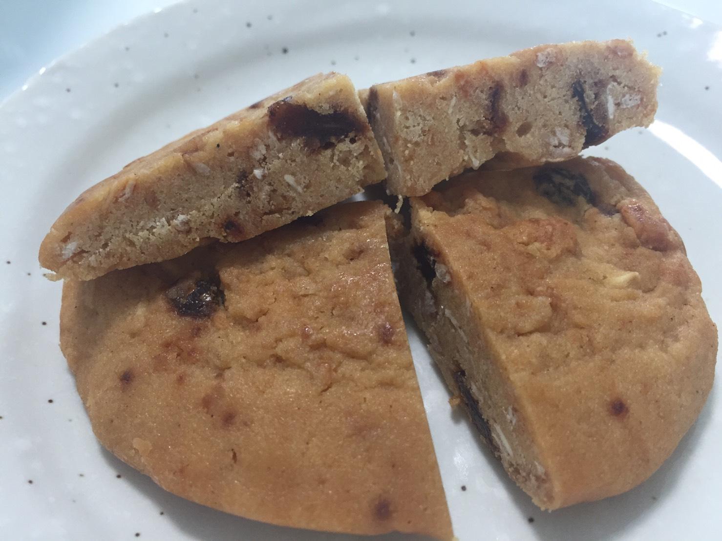 プロテインクッキー「OATMEAL&RAISIN FLAVOUR(オートミール&レーズン味)」の断面の様子